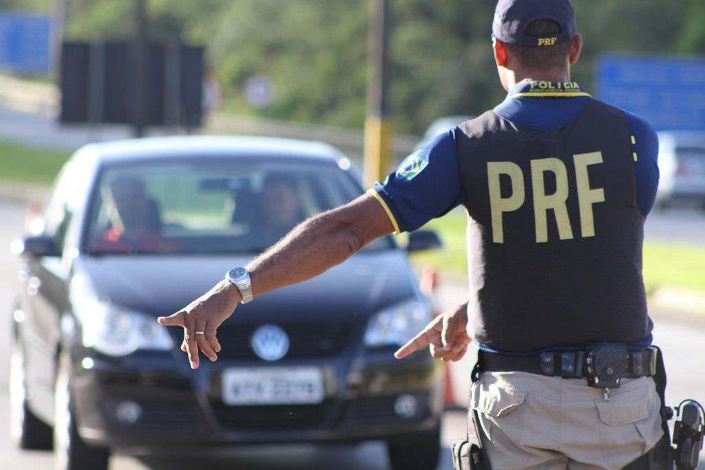 dirigir o veículo com a CNH vencida há mais de trinta dias é considerado uma infração gravíssima com penalidade de multa