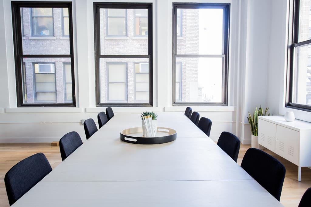 as mesas compridas normalmente são usadas para reuniões