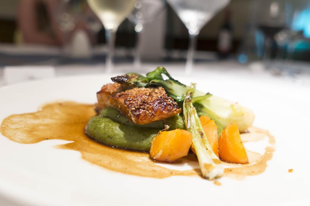 os vinhos brancos e rosés fazem uma boa harmonização com peixes como o salmão, por exemplo