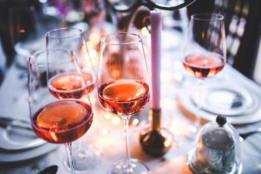 após abertos, os vinhos rosés costumam durar cerca de 3 dias na geladeira tampados