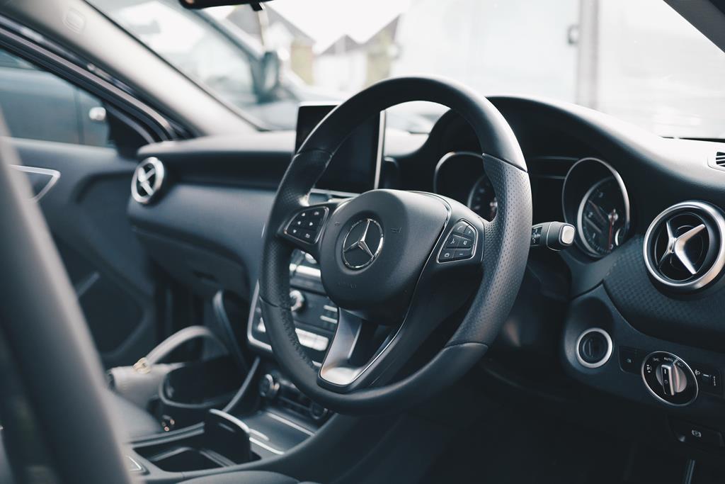 Verifique o acabamento interno do carro usado blindado