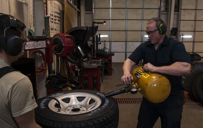 leve seu carro para que especialistas possam analisar seu pneu pelo menos uma vez por ano