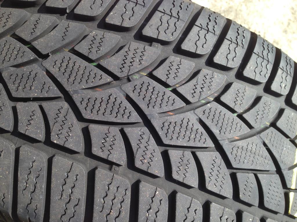 como o pneu é feito com uma mistura de várias borrachas e outros materiais, o atrito causado pelo contato com o solo acaba desgastando o equipamento