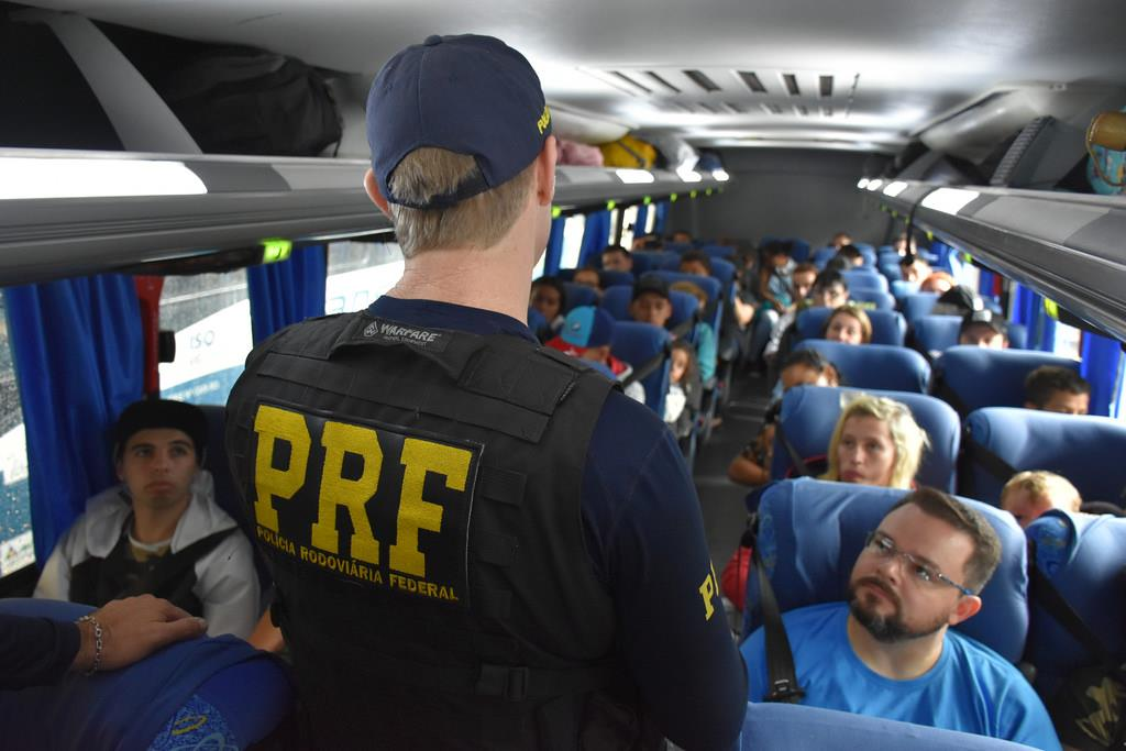 embora usar o cinto de segurança dentro dos ônibus seja uma lei de trânsito, o motorista não pode ser multado quando os passageiros não cumprem essa regra