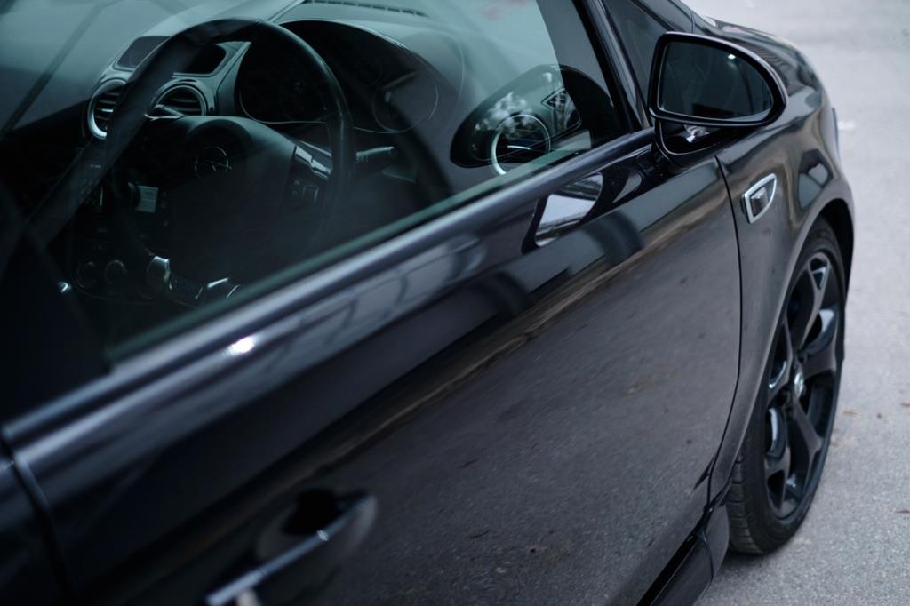 os vidros originais do veículo são substituídos por outros mais resistentes e com mais camadas durante o processo de blindagem