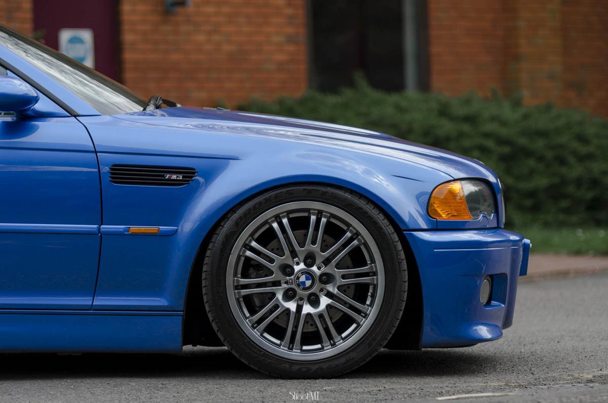os pneus e rodas não podem encostar em nenhuma parte do carro quando feito o esterçamento