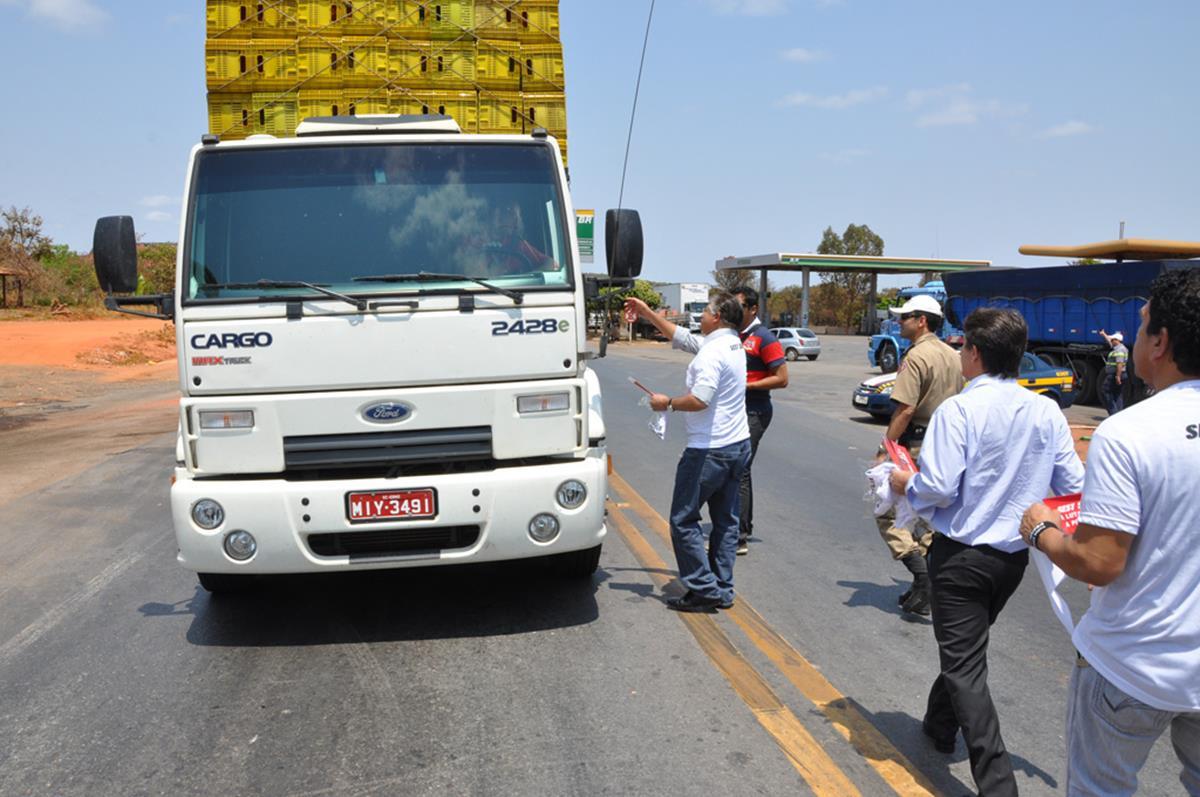caminhões com excesso de carga perdem a eficiência na hora de fazer curvas e ultrapassagens