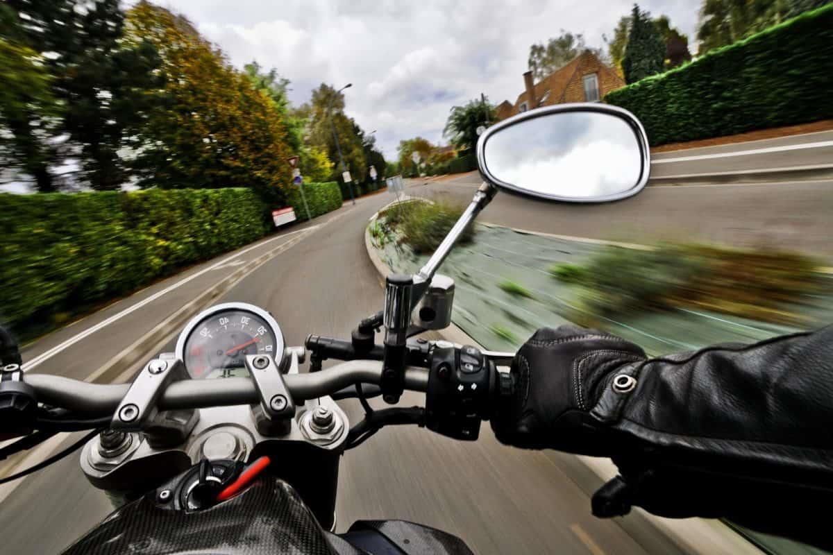 uma pessoa que conduz carros e motos tem CNH de categoria AB