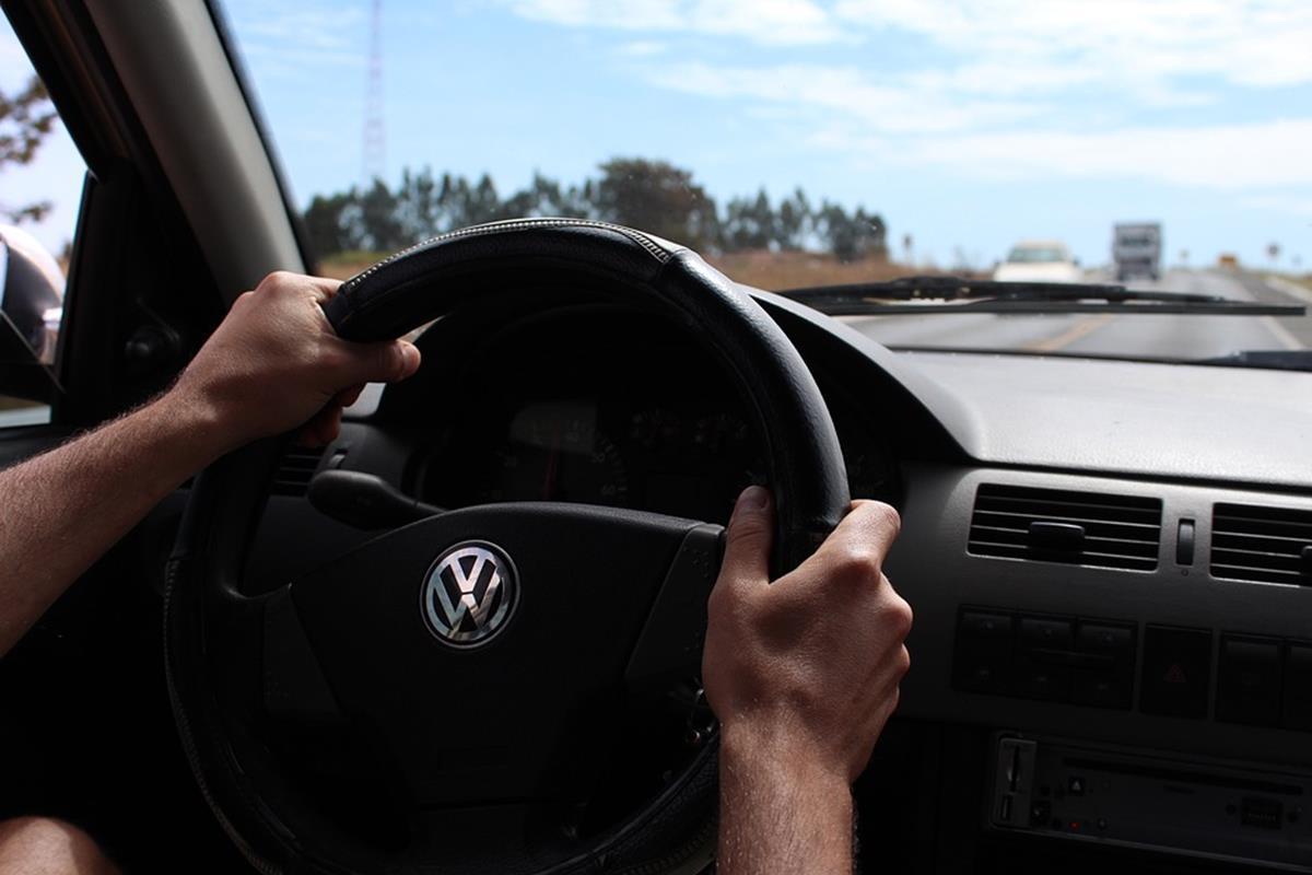 o jeito correto de segurar o volante é com ambas as mãos nas laterias formando um ângulo de 180º
