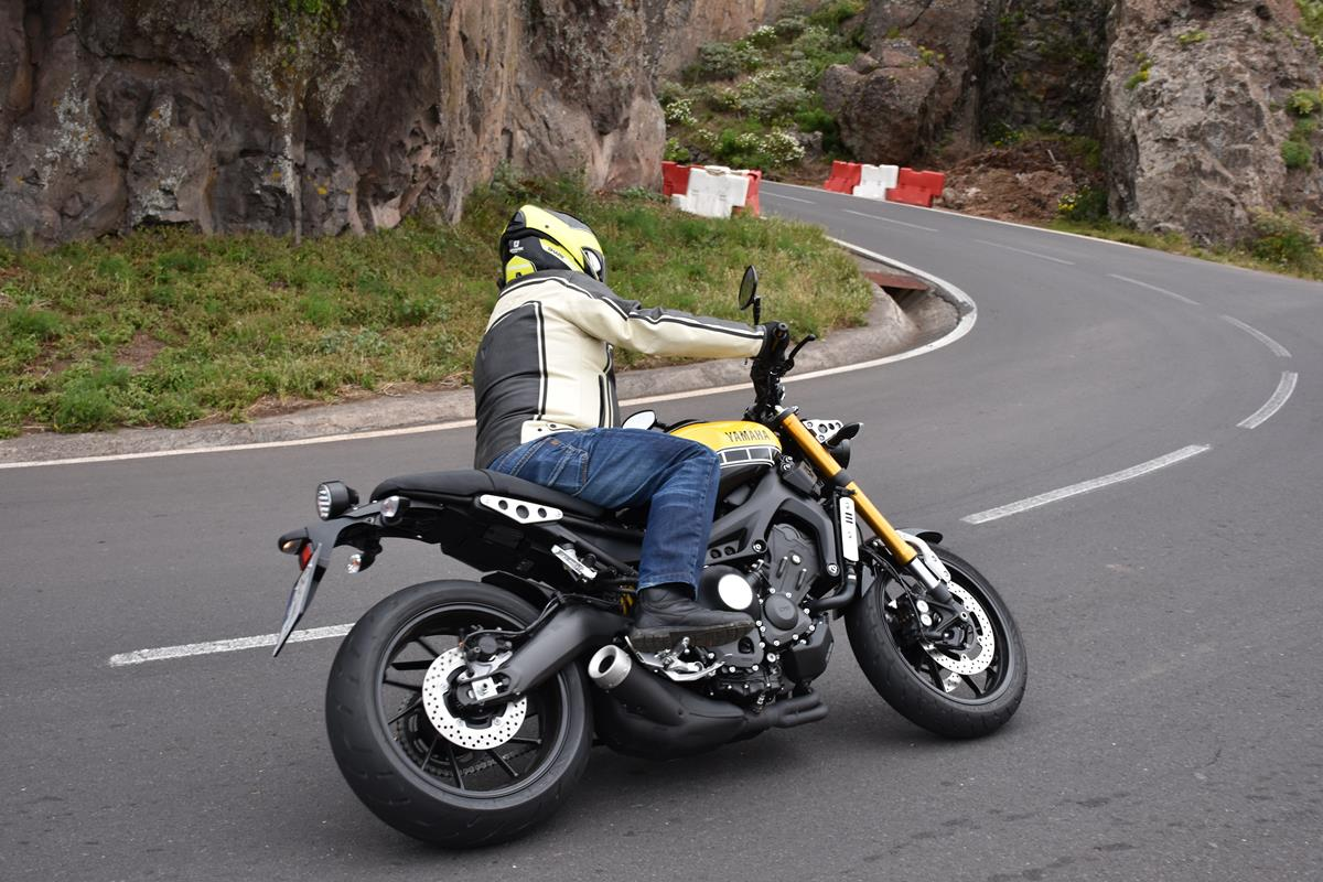 motoqueiros de autódromos podem notar que o pneu estará sempre mais gasto do lado do sentido da primeira curva