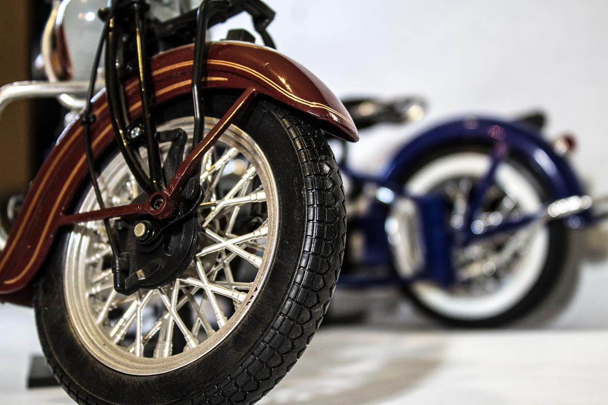 os pneus de moto colocados à venda podem estar vencidos ou próximos de vencer. Como nunca foram usados, seu exterior está em bom estado e você pode acabar sendo enganado pela estética do material