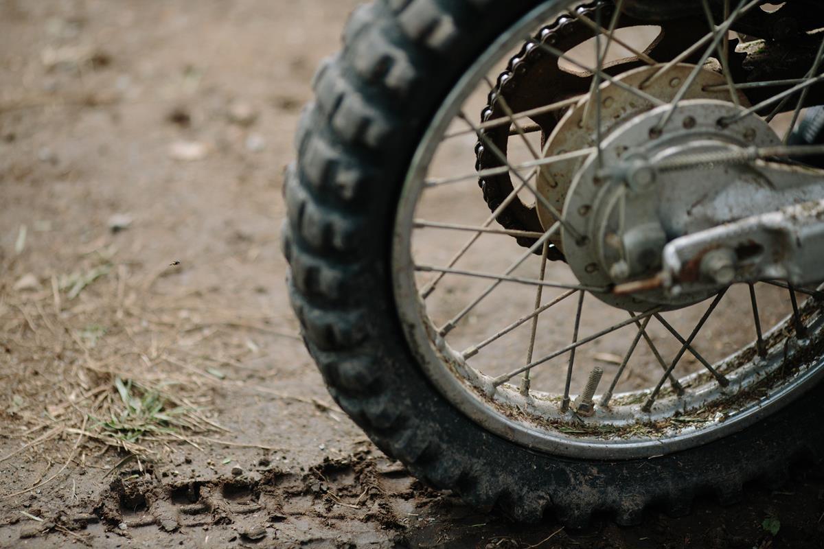 quando você anda com um pneu de moto na chuva, ele deixa marca dos sulcos no asfalto fazendo o pneu de trás se encaixar nas marcas que o pneu dianteiro deixou no solo