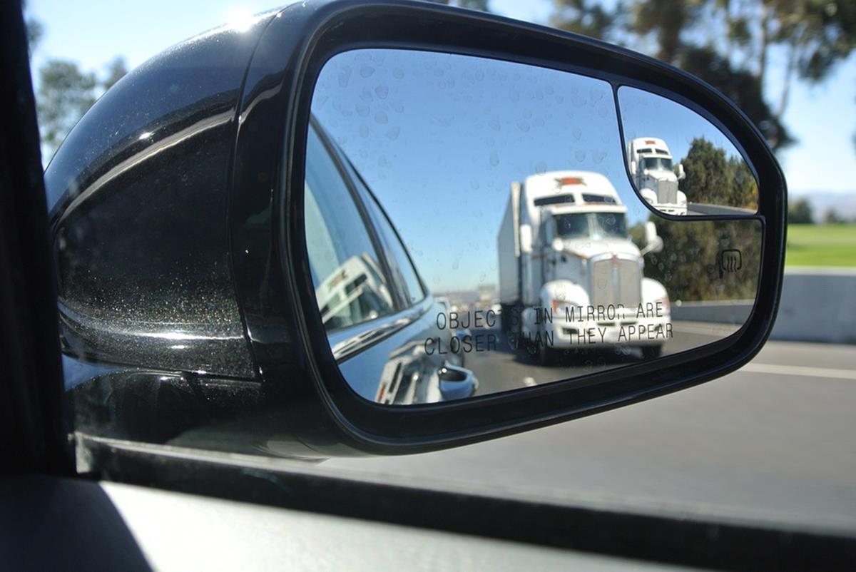 o retrovisor deverá lhe mostrar 10% da lateral do seu caminhão e 90% da pista