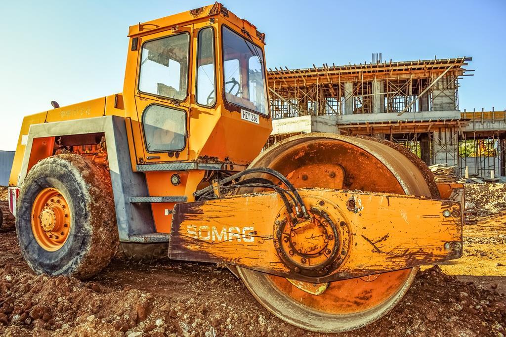 os rolos compactadores têm a função de deixar o aterro mais comprimido e pronto para a construção