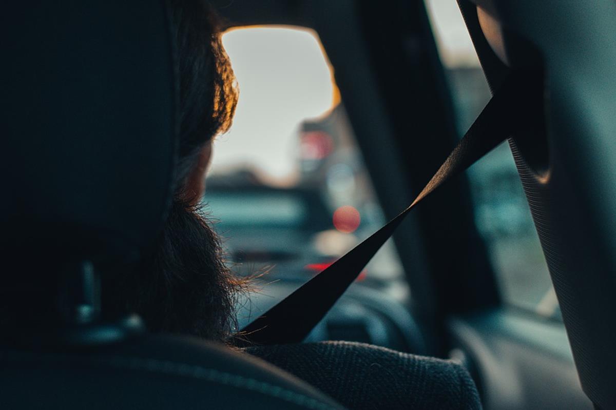usar o cinto de segurança evita lesões graves em possíveis acidentes de trânsito