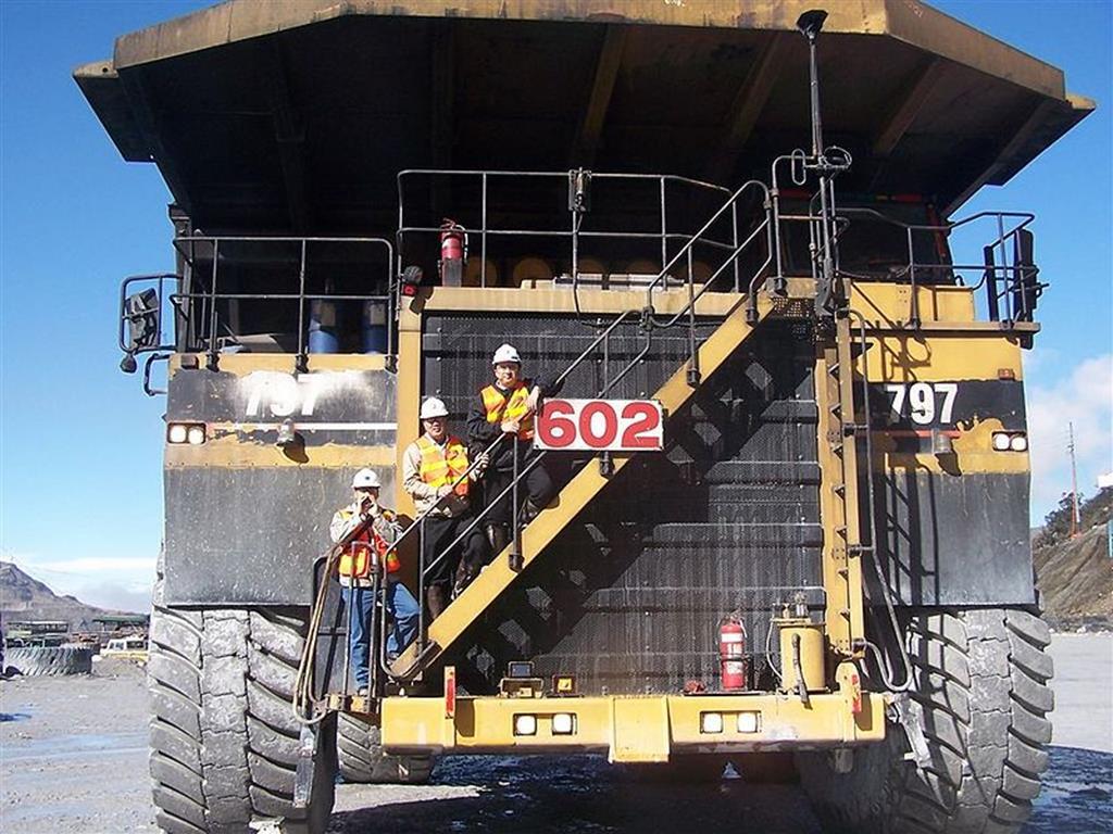 o Caterpillar 797F consegue carregar até 400 toneladas de materiais em uma velocidade máxima de 68 Km/h