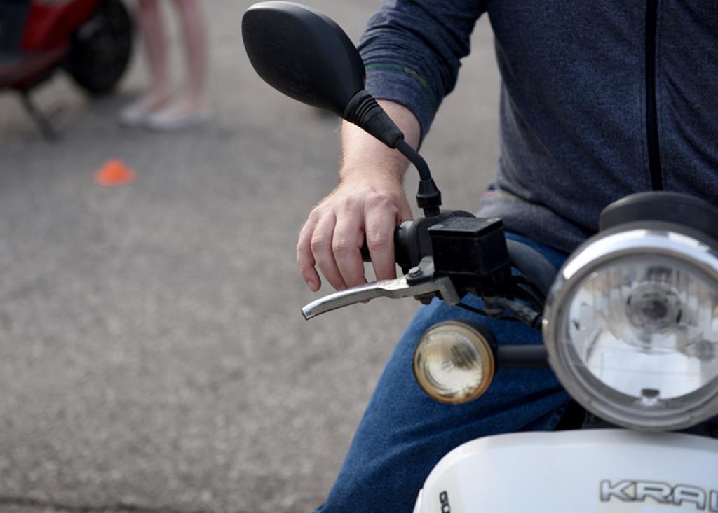 a frenagem de um scooter costuma ser diferente da frenagem de uma moto comum, o que faz com que você precise treinar para entender como esse mecanismo funciona
