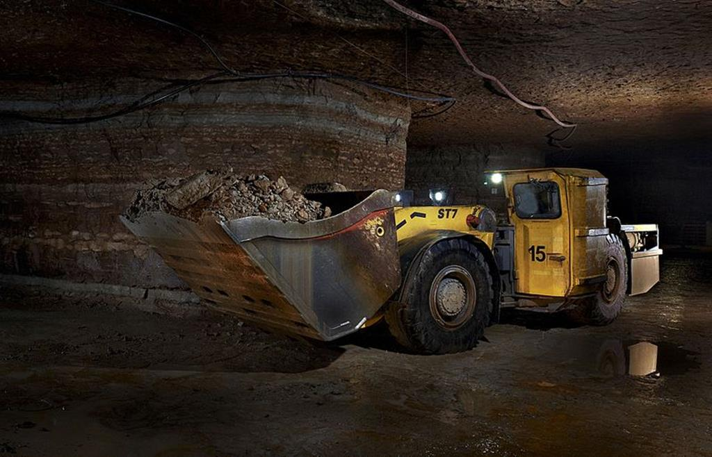 a pá carregadeira é um maquinário muito usado para o carregamento de terras e minérios