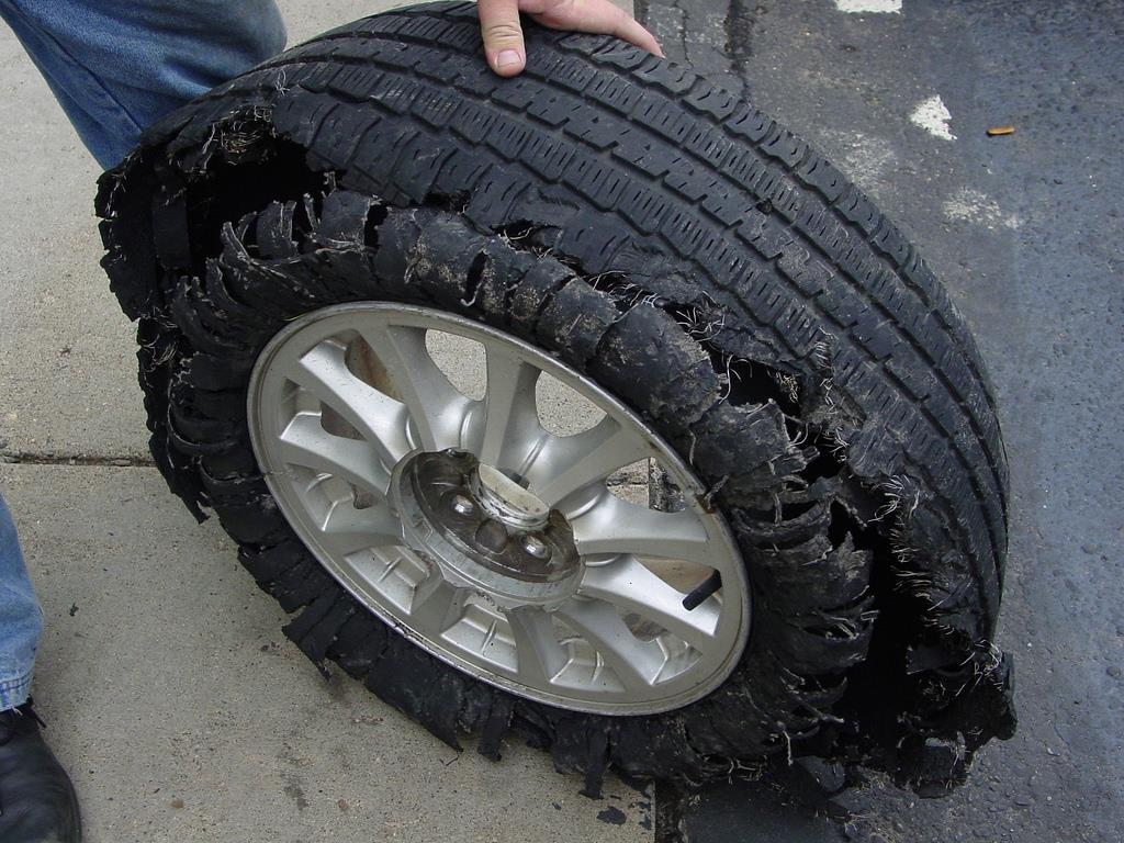 a sobrecarga nos pneus pode terminar em fendas graves e riscos de acidentes