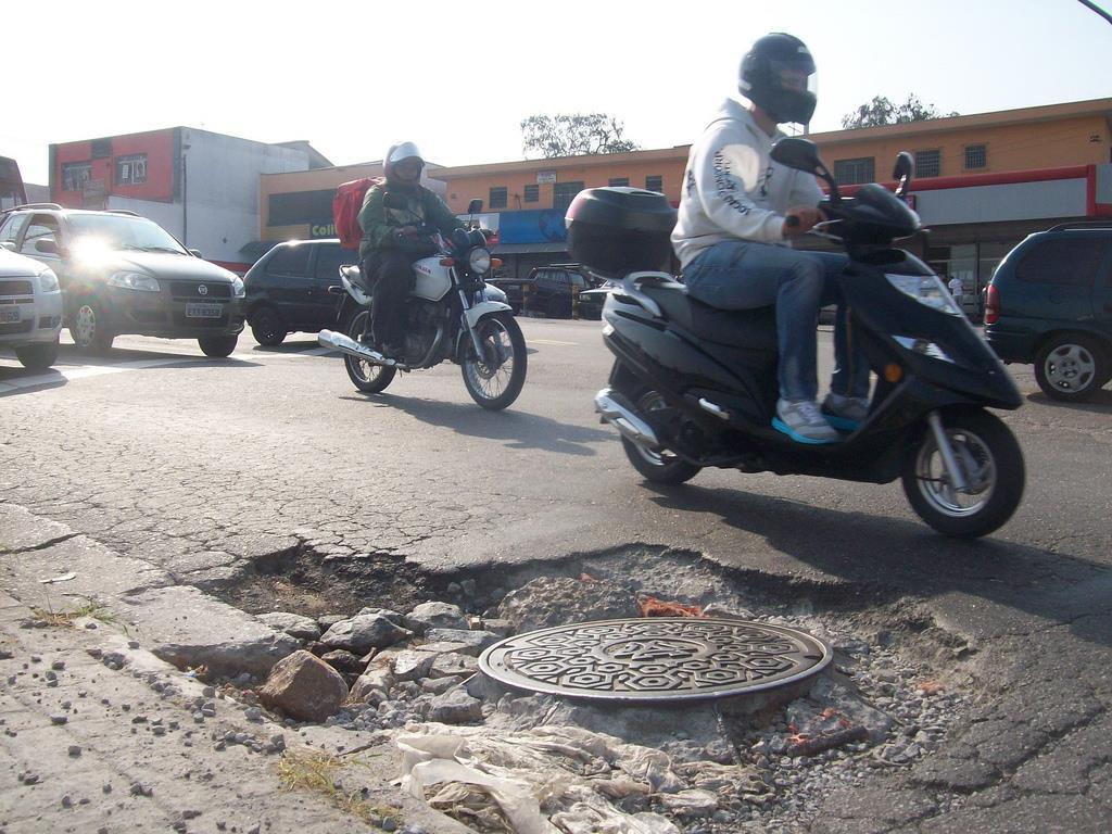 por ter rodas e pneus um tanto quanto pequenos, um scooter não costuma encarar muito bem irregularidades no solo