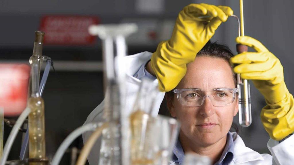 óleo sintético é produzido em laboratórios com petróleo e outros componentes químicos