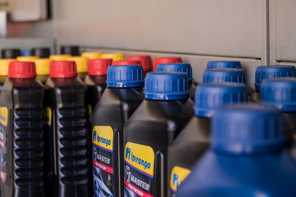 as embalagens dos óleos lubrificantes são importantes para indicar informações sobre a viscosidade do produto