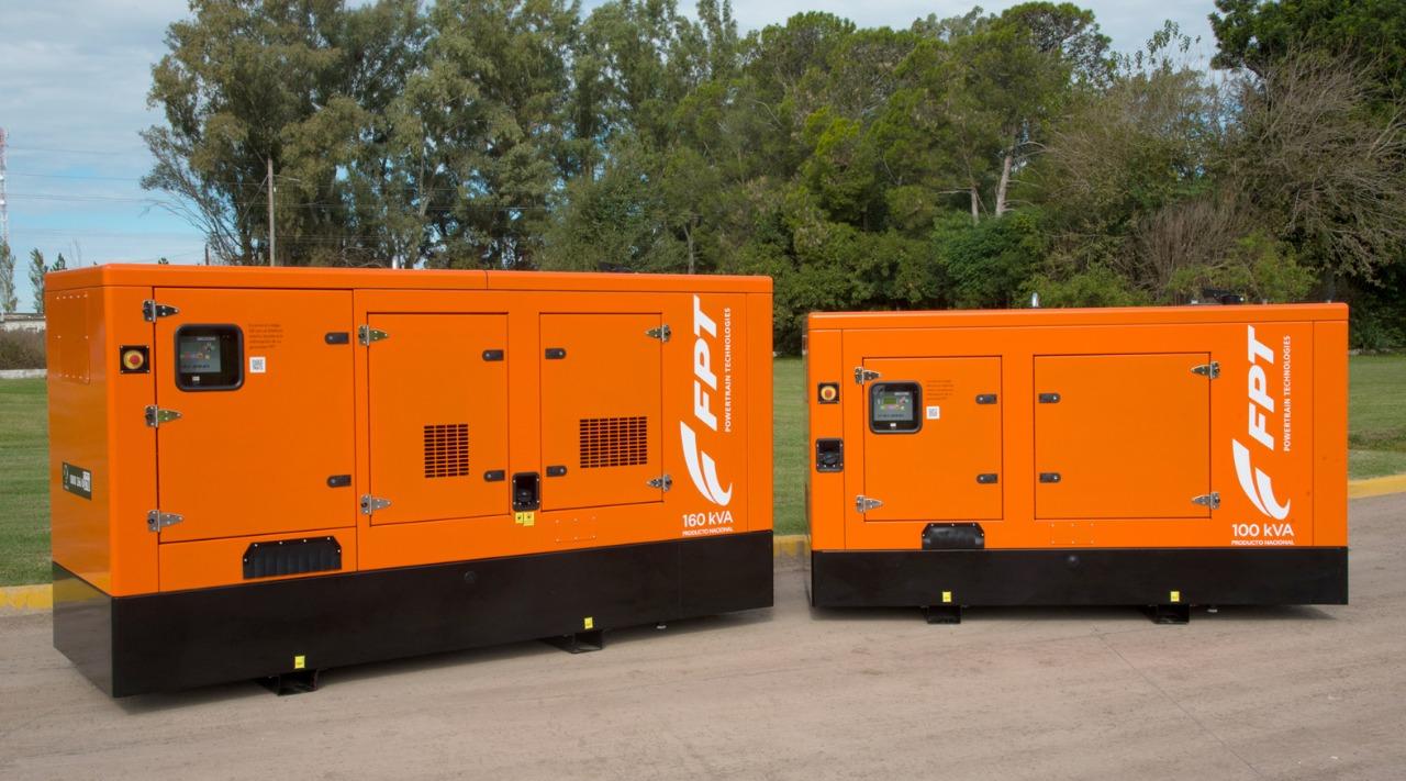 Dois modelos de geradores para indústria, de cor laranja