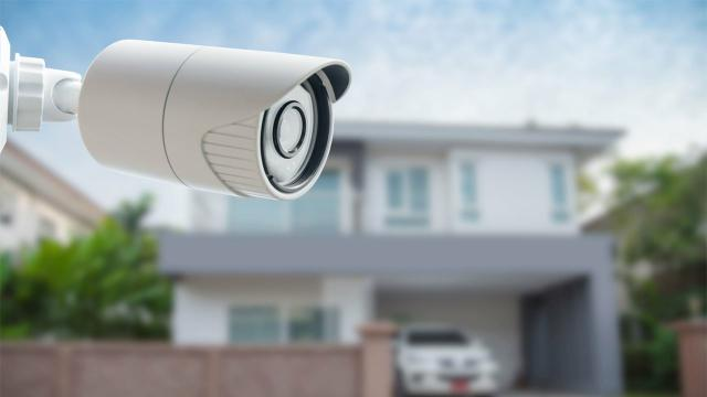 Câmera de um dispositivo eletrônico na porta de uma casa