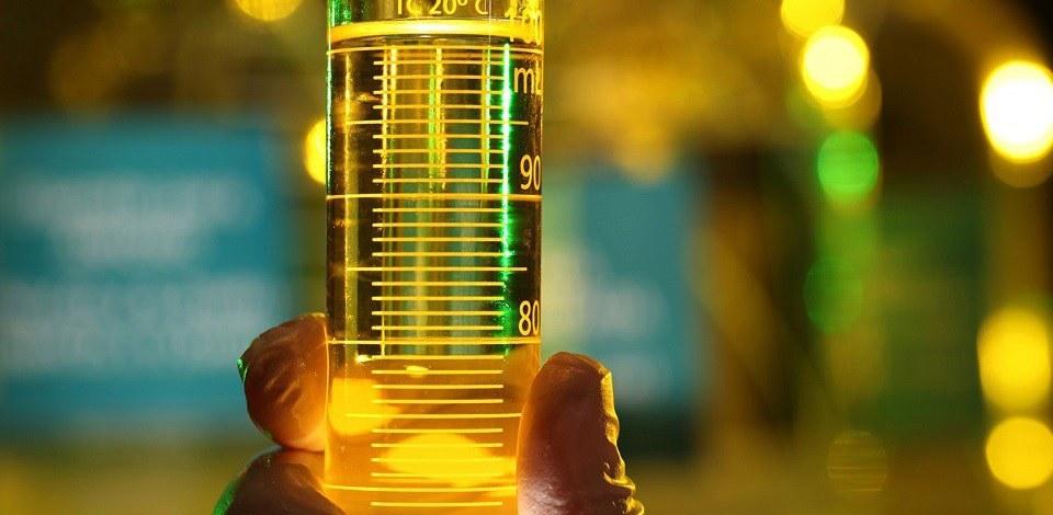 Um cientista segurando um vidro com diesel. Quantos litros de diesel consome um gerador