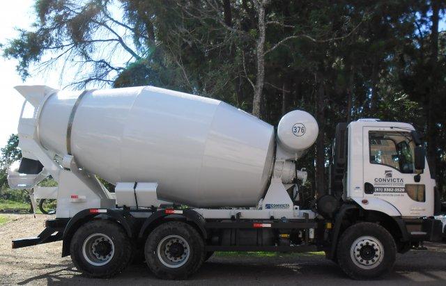 modelo de caminhão betoneira estacionado