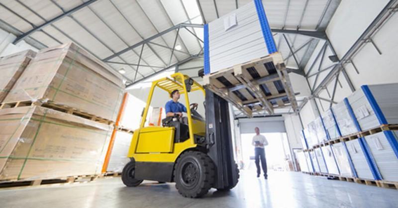 As Normas Regulamentadoras 11 e 12 regem a condução segura de máquinas e equipamentos como empilhadeiras