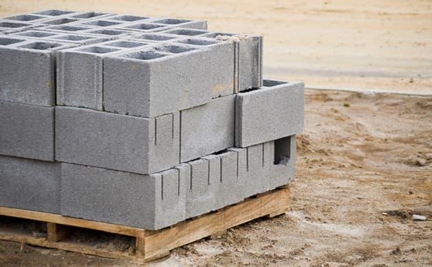 Blocos de concreto posicionados e guardados em cima de paletes