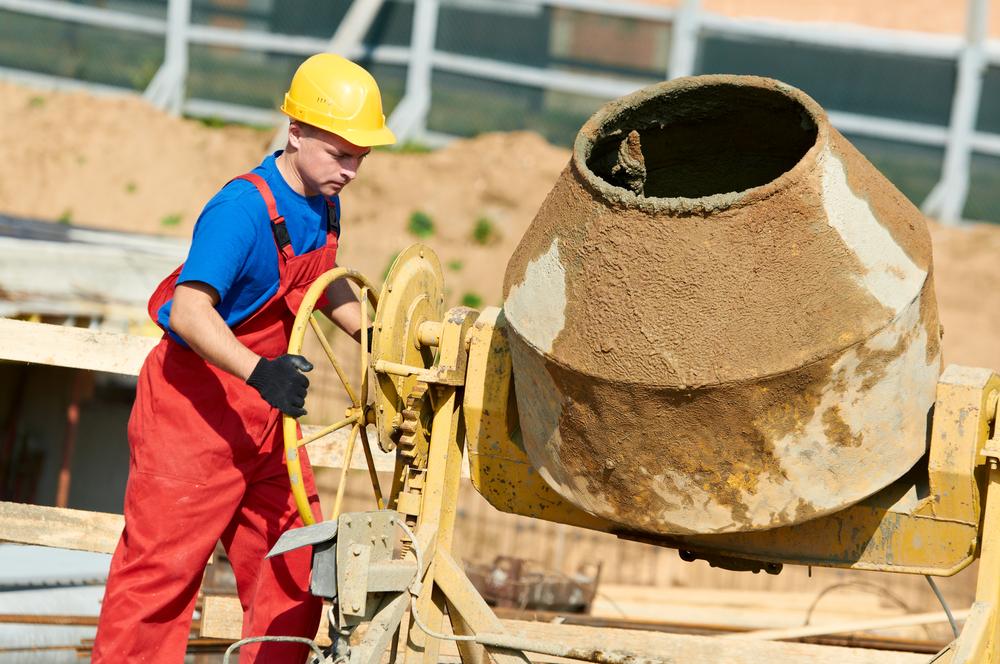 As betoneiras foram criadas para agilizar a tarefa dos operários de obra que, anteriormente a ela, misturavam e preparavam o concreto com as próprias mãos