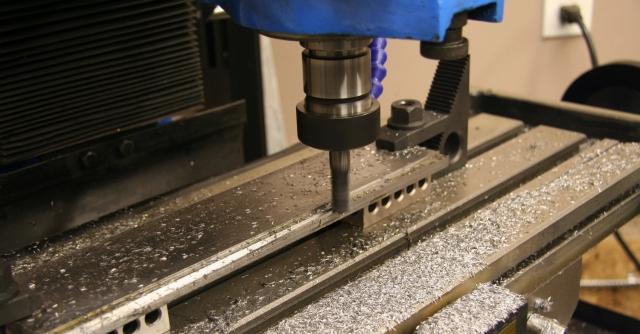 Modelo de uma máquina fresadora modificando uma superfície de metal
