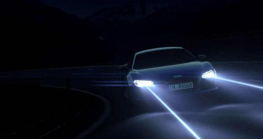 farol de carro aceso na estrada, no escuro