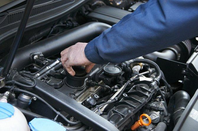 Mecânico conferindo o óleo do carro