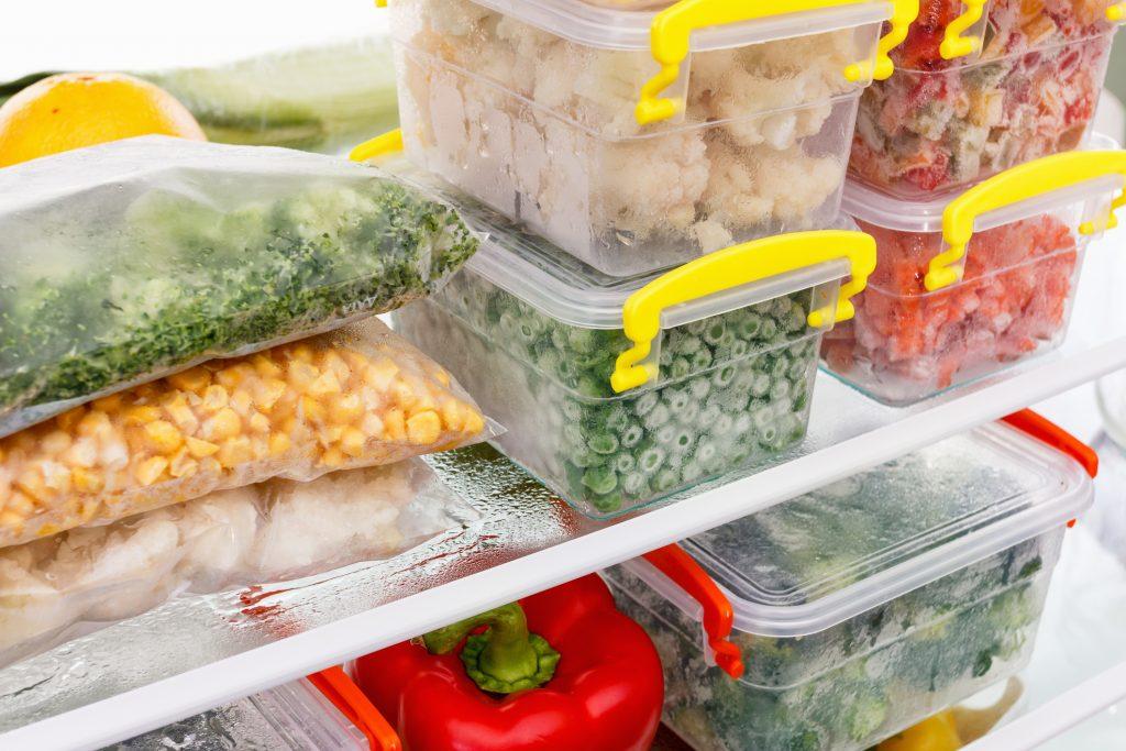 Mantimentos descongelando dentro de recipientes em uma geladeira