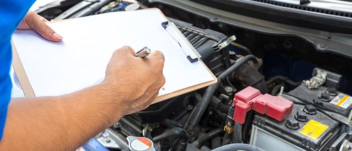 mecânico realizando a revisão de um carro usado