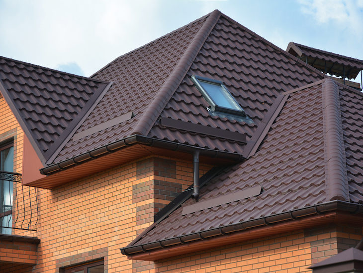 detalhes no telhado de uma casa com janela externa