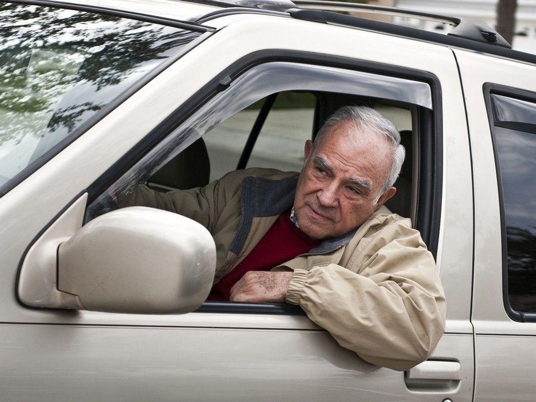 homem esperando no banco da frente de um veículo utilitário