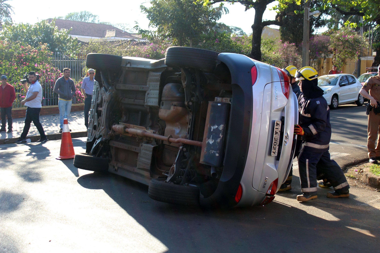 modelo de veículo utilitário caído na estrada