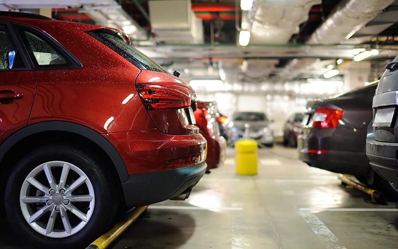 um dos problemas de veículos utilitários: modelo de veículo utilitário em um estacionamento preso