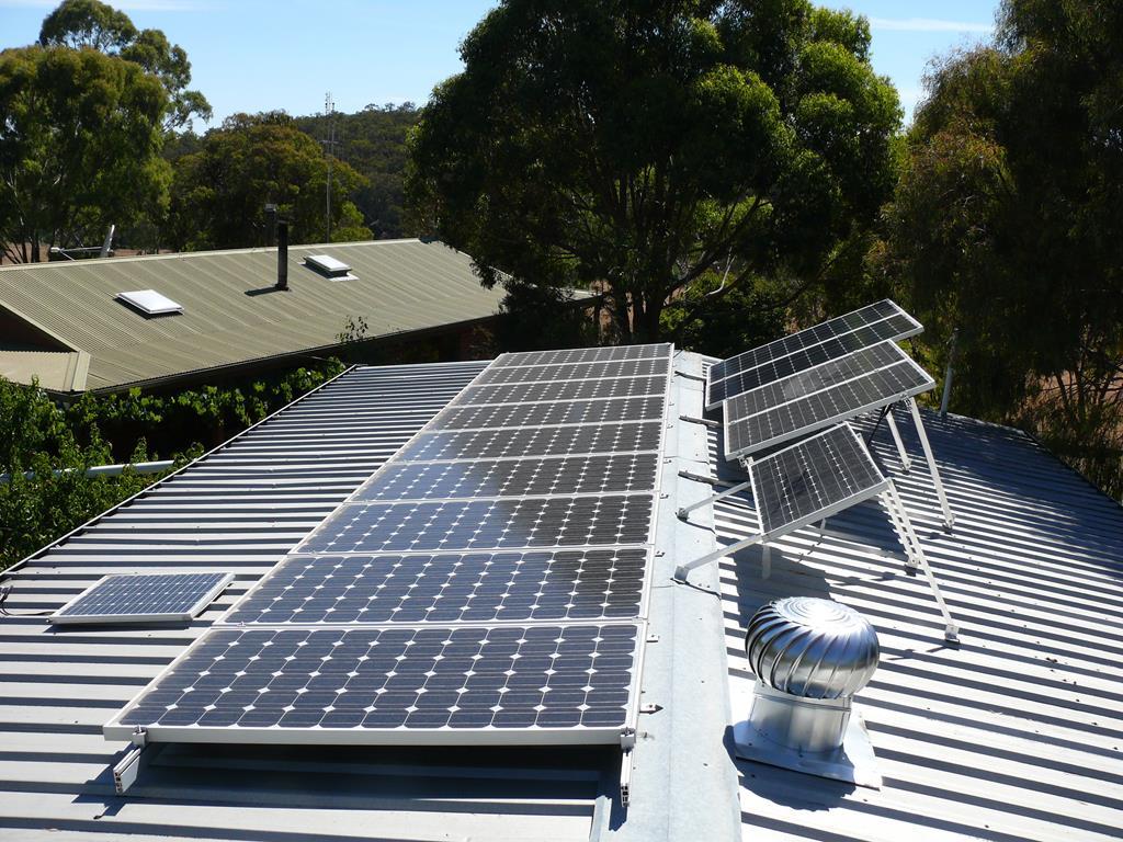 uma das estruturas mais usadas em galpões para aumentar a sustentabilidade e reduzir custos com energia são os painéis de energia solar