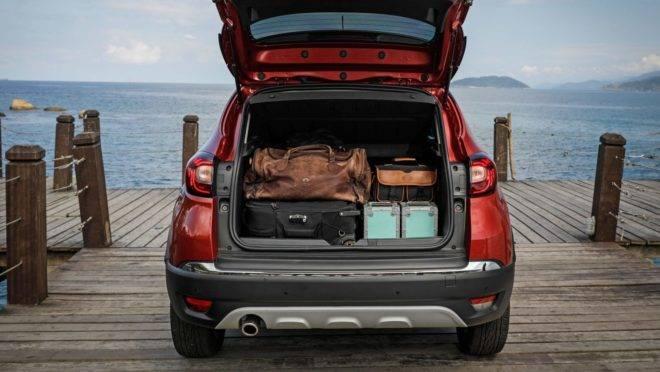 outra vantagem de veículos utilitários: porta malas de um suv cheio de malas