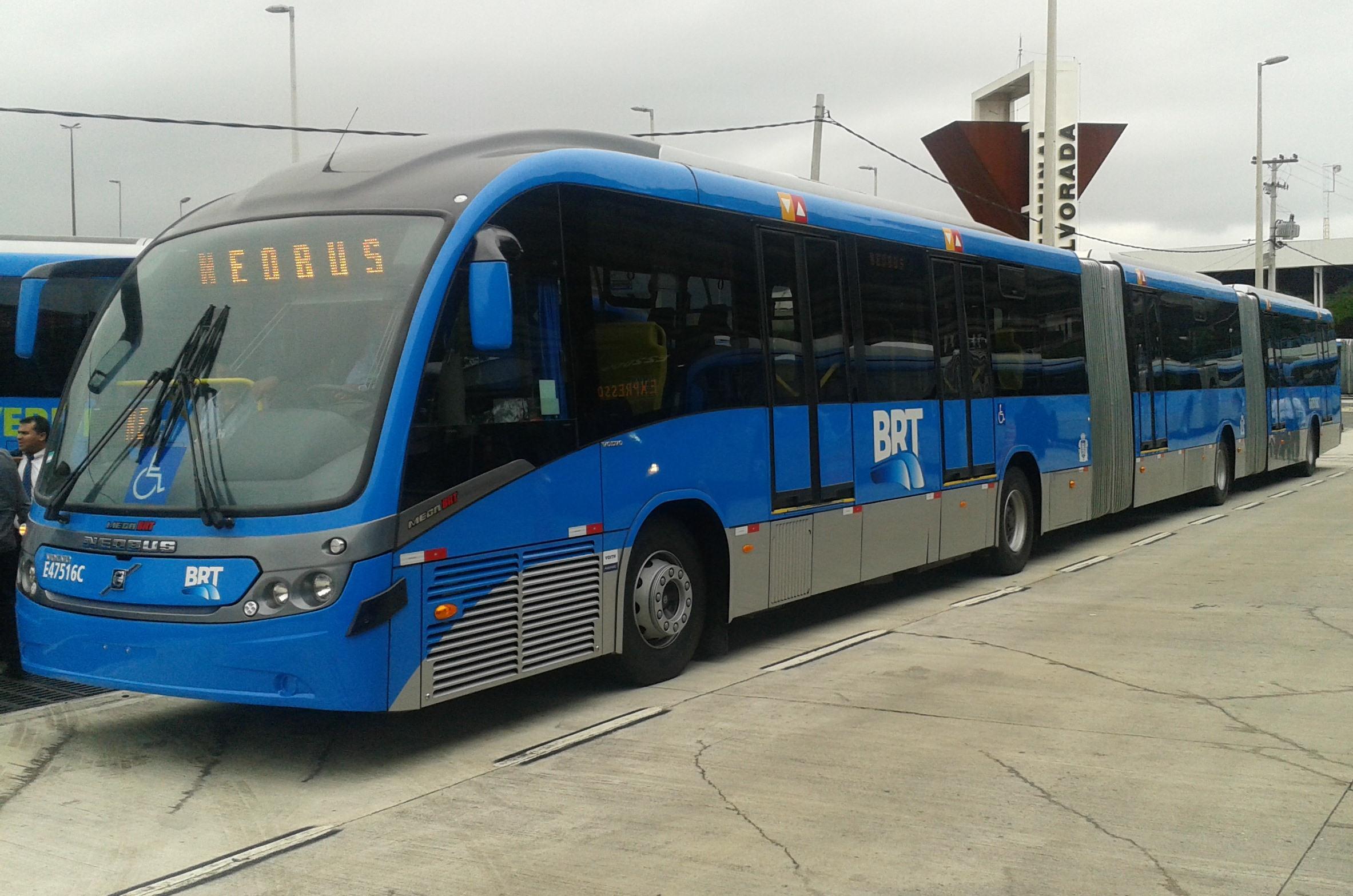 modelo de ônibus biarticulado