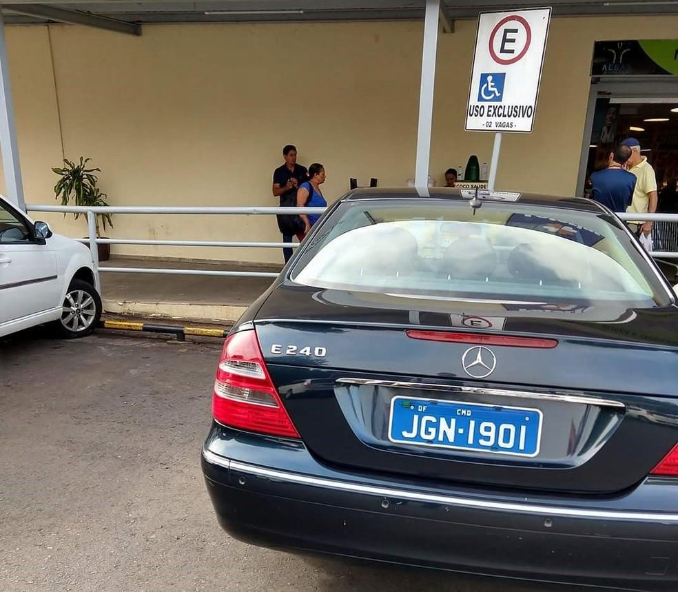 veículo da embaixada estaciona ilegalmente