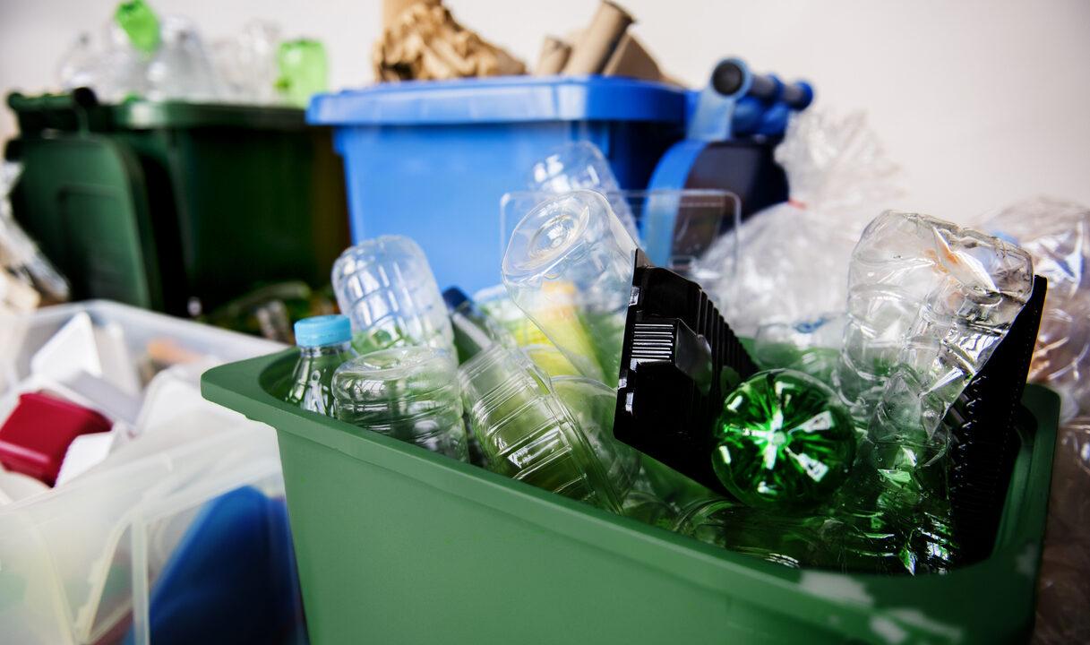 resíduos sólidos separados por tipo em diversas latas de lixo diferentes, separados por plásticos e de cores diferentes