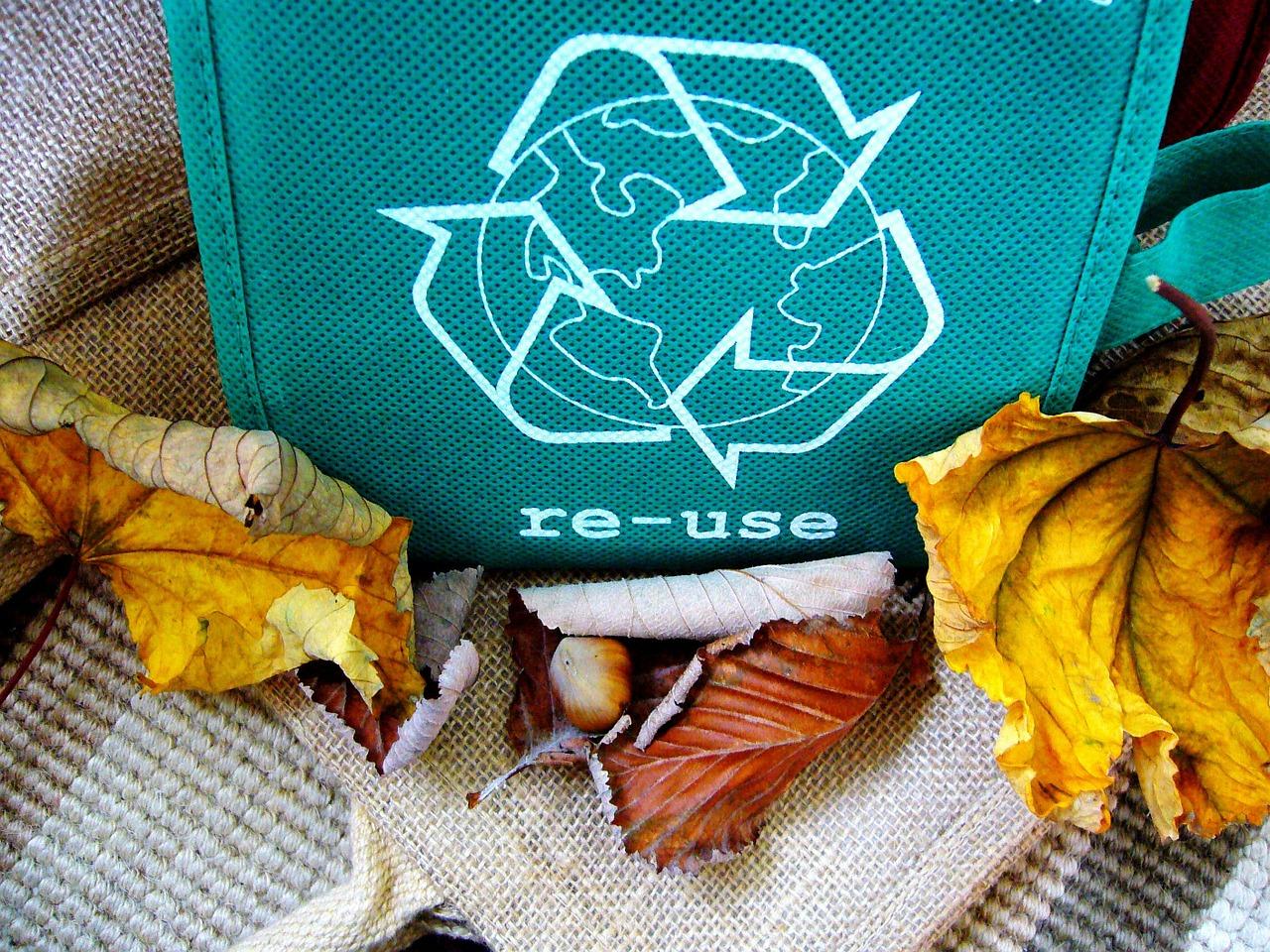 embalagem de reciclagem com alguns resíduos próximos prontos para passar pelo processo de tratamento