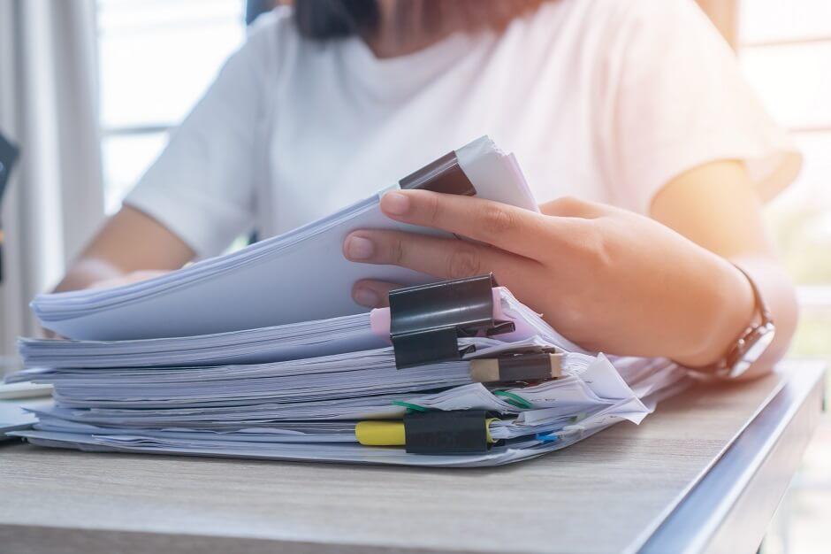 mulher averiguando documentos de um processo