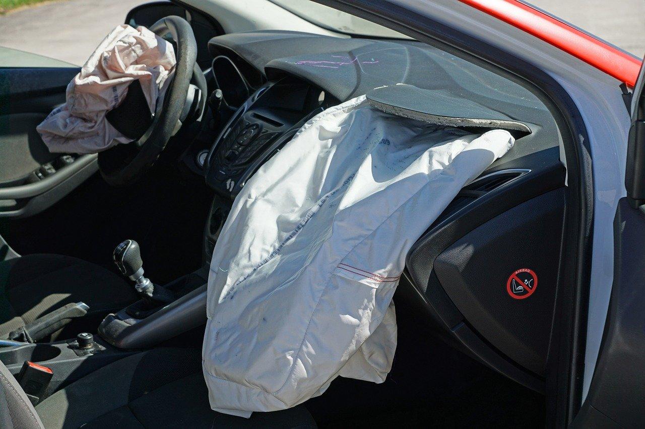 Esse é o resultado de um airbag que foi acionado em uma colisão de veículo.
